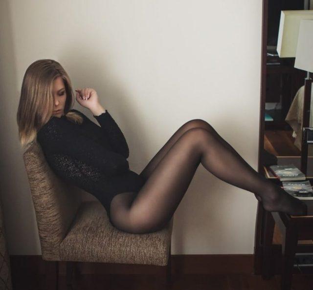 Фото девушек с красивыми ногами в колготках коротких юбках 7