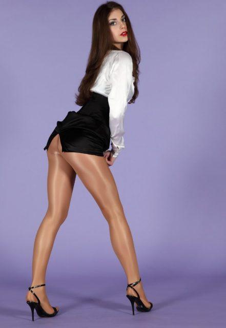 Фото девушек с красивыми ногами в колготках коротких юбках 13