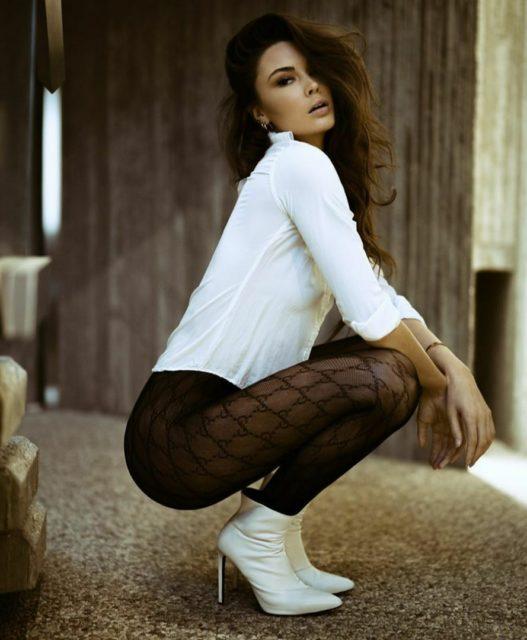 Фото девушек с красивыми ногами в колготках коротких юбках 14