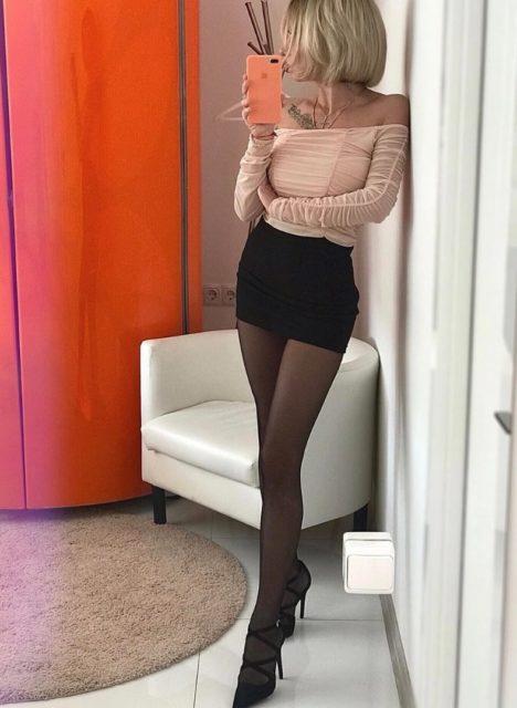 Фото девушек с красивыми ногами в колготках коротких юбках 8