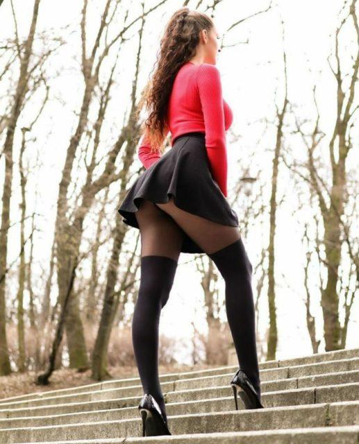 Фото девушек с красивыми ногами в колготках коротких юбках 9