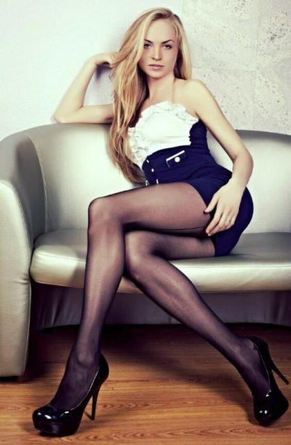 Фото девушек с красивыми ногами в колготках коротких юбках 12