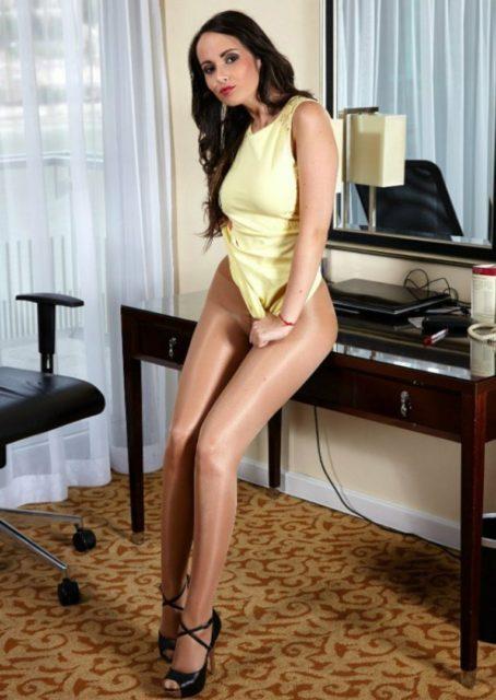 Фото девушек с красивыми ногами в колготках коротких юбках 18