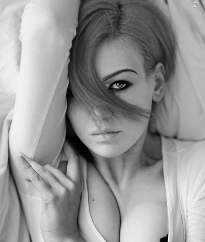 Красивые лица девушек на черно-белом фото 1
