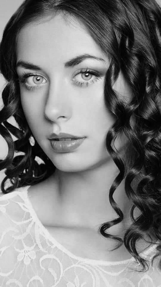 Красивые лица девушек на черно-белом фото 2