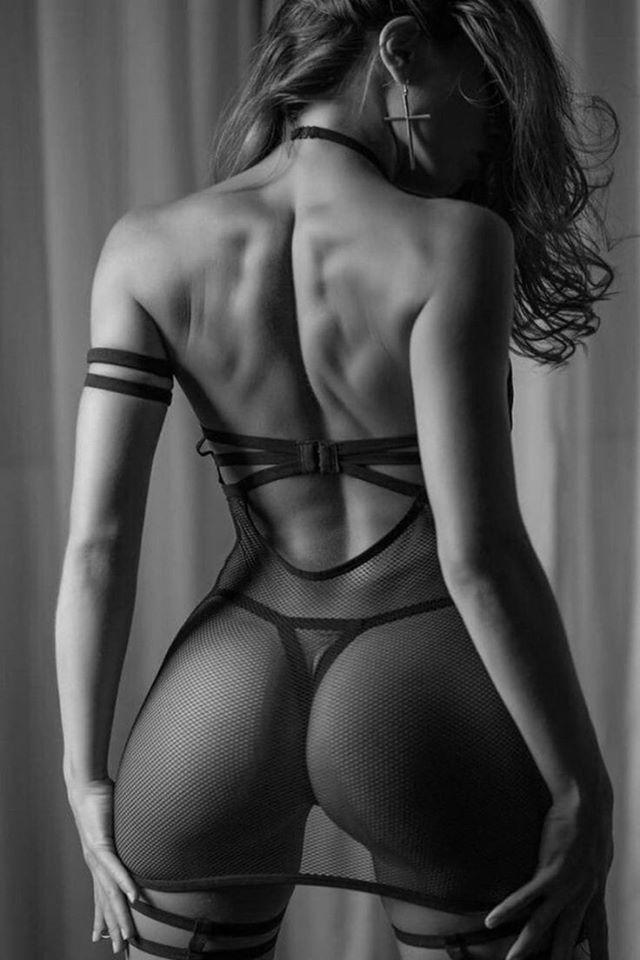 Черно-белое фото девушек со спины 6