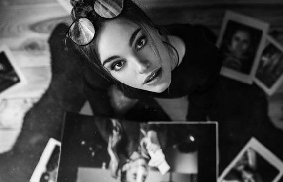 Красивые лица девушек на черно-белом фото