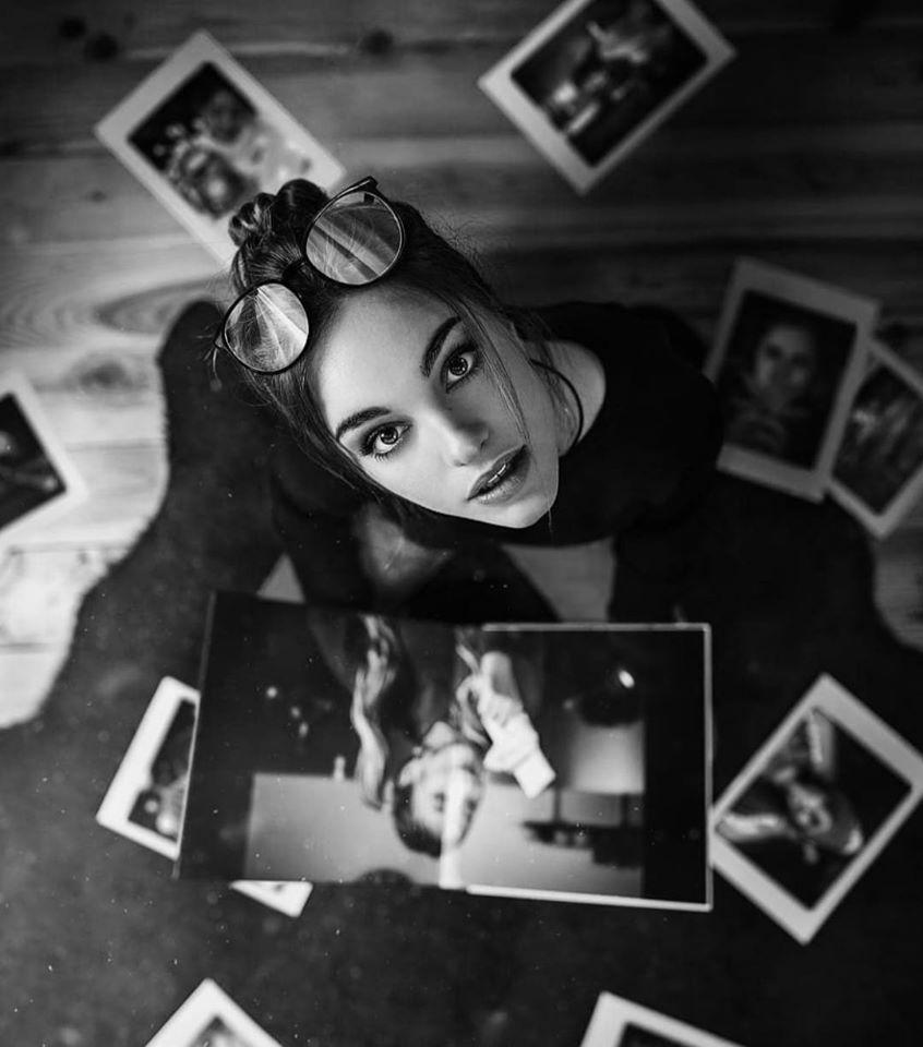 Красивые лица девушек на черно-белом фото 7