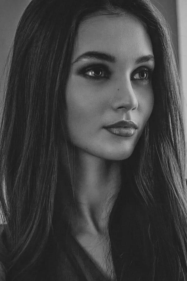 Красивые лица девушек на черно-белом фото 10