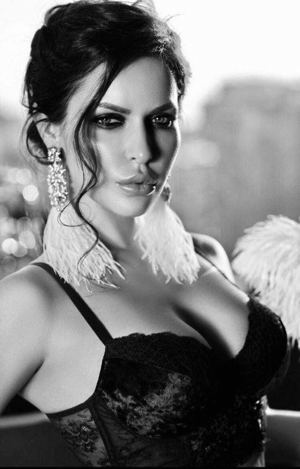 Красивые лица девушек на черно-белом фото 11