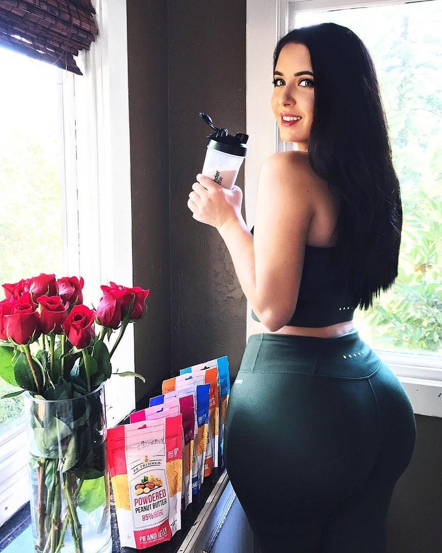 Holly Luyah - красотка с шикарными формами - как вам бедра? 4