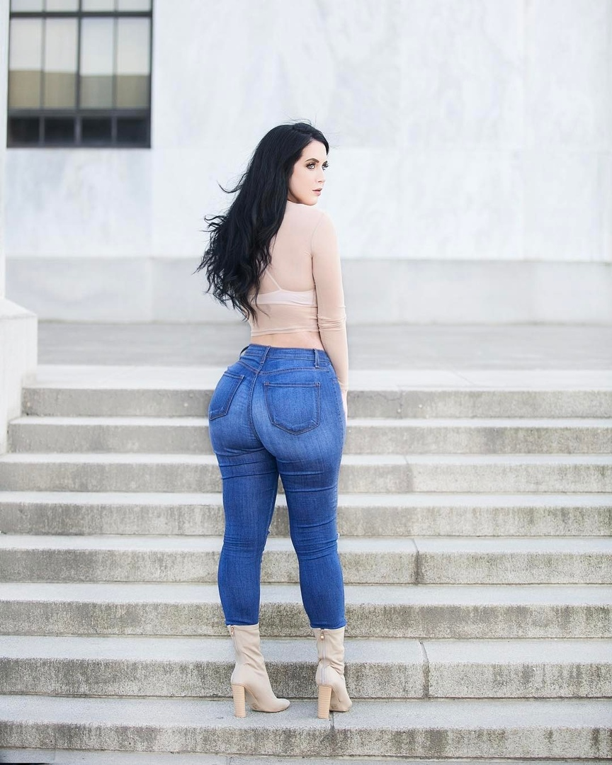 Holly Luyah - красотка с шикарными формами - как вам бедра? 6