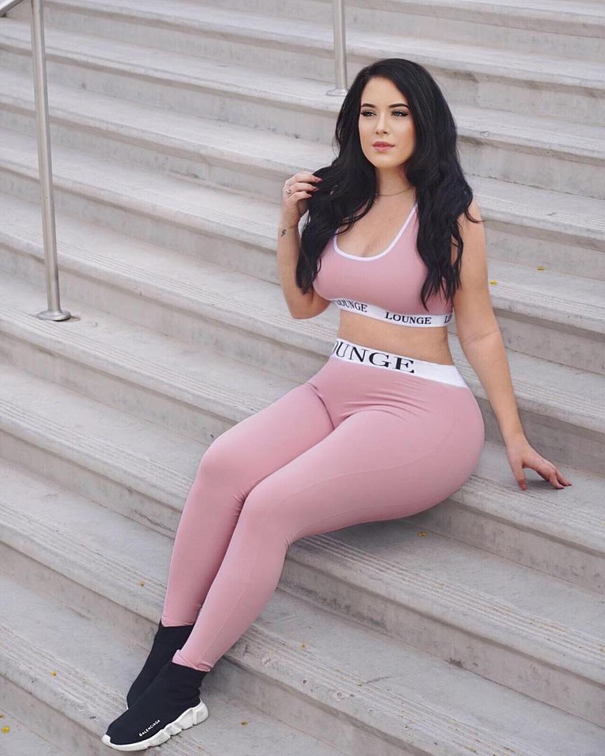 Holly Luyah - красотка с шикарными формами - как вам бедра? 16