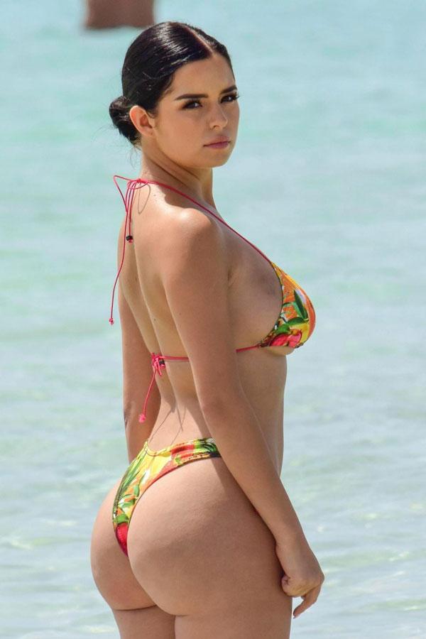 Деми Роуз в бикини на пляже без фотошопа