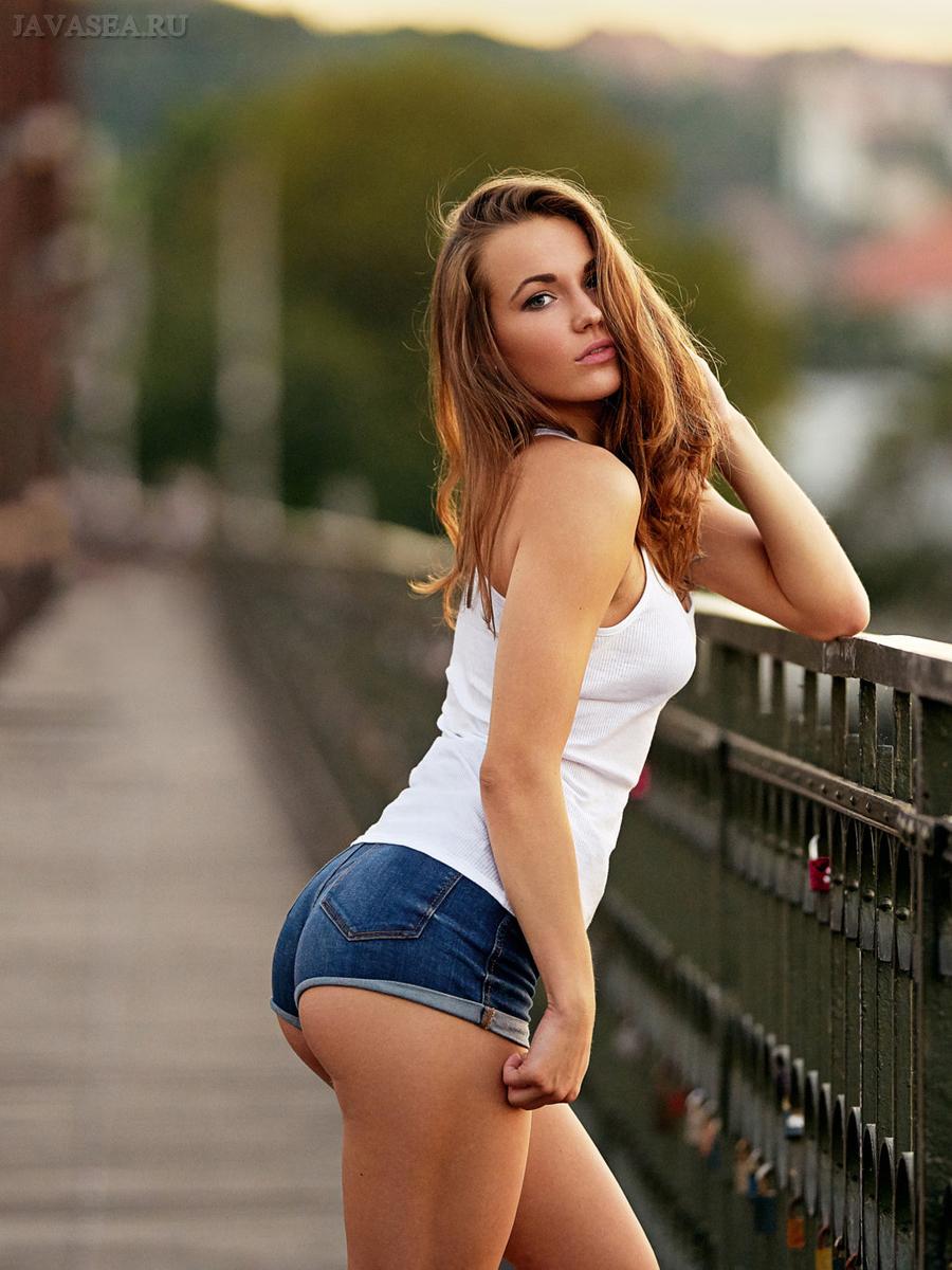 Фото красивых девушек в коротких джинсовых шортах - Подборочка 3