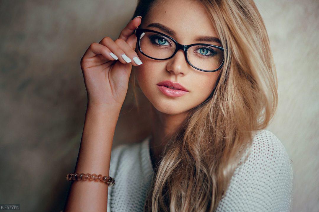 Красивые девушки блондинки в очках (фотоподборка) 7