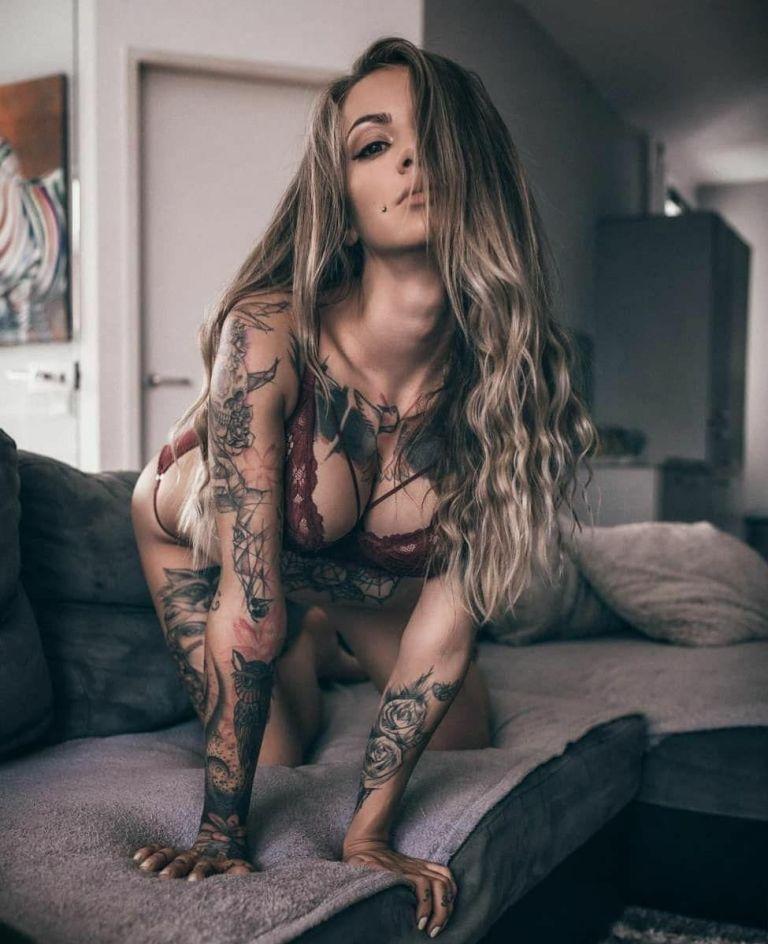 Ну, очень красивые девушки с шикарными татуировками (53 фото) 4