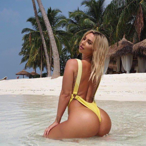 Девушки на пляже в купальниках (20 фото) 13