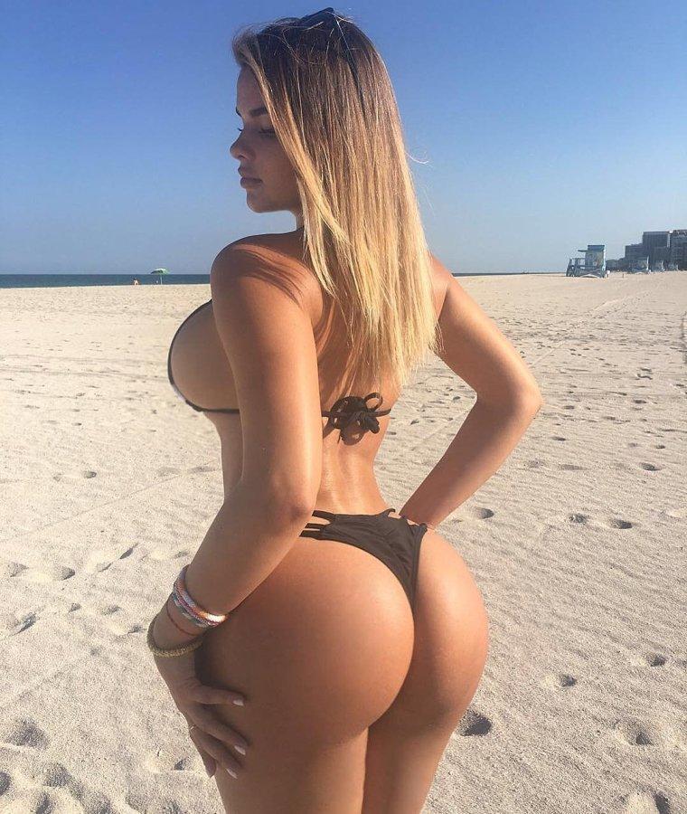 Красивые девушки в бикини на пляже (28 фото) 17