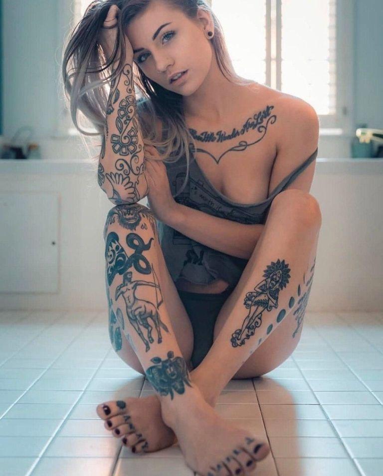 Ну, очень красивые девушки с шикарными татуировками (53 фото) 6