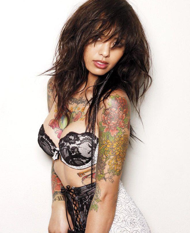 Ну, очень красивые девушки с шикарными татуировками (53 фото) 35