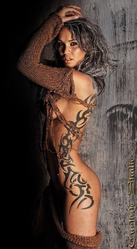 Ну, очень красивые девушки с шикарными татуировками (53 фото) 37
