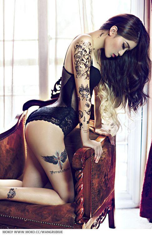 Ну, очень красивые девушки с шикарными татуировками (53 фото) 44