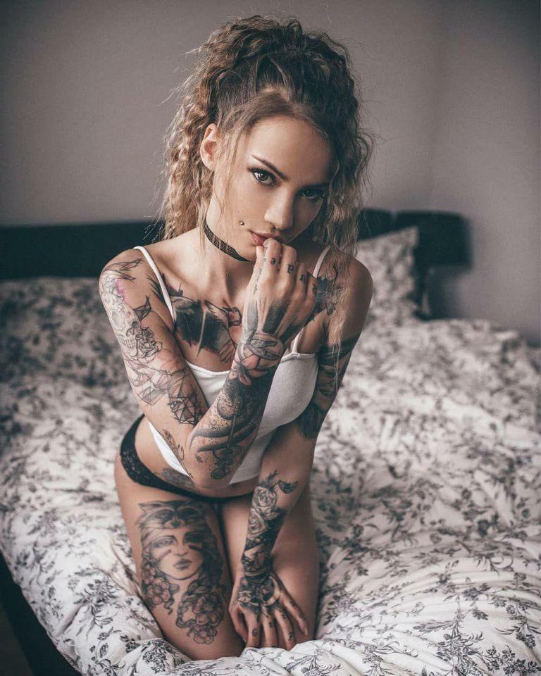 Ну, очень красивые девушки с шикарными татуировками (53 фото) 3