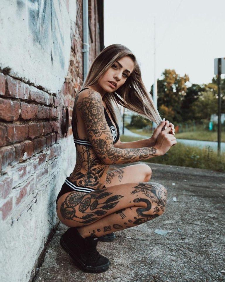 Ну, очень красивые девушки с шикарными татуировками (53 фото) 7