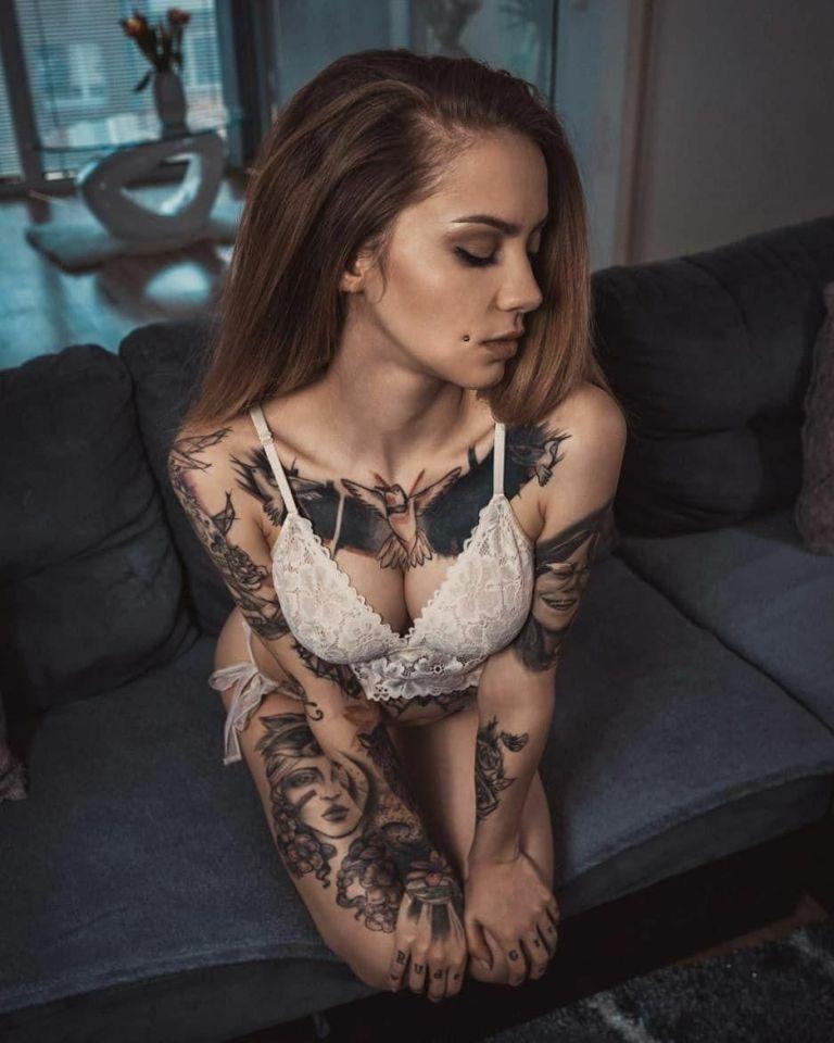 Ну, очень красивые девушки с шикарными татуировками (53 фото) 49