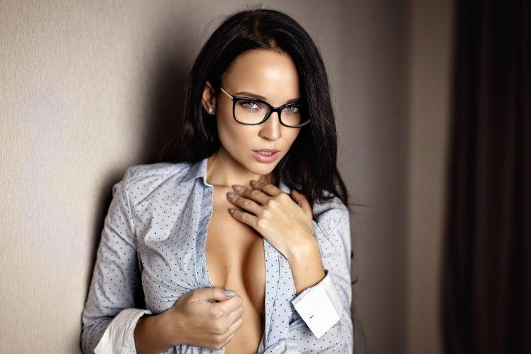 Сексуальные красотки в очках: большая подборка фотографий 5