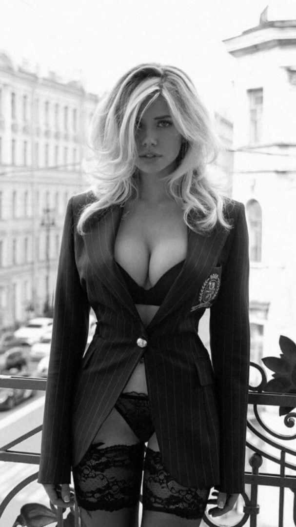 Жаркие красотки в чулках на черно-былых фото: наслаждаемся 7