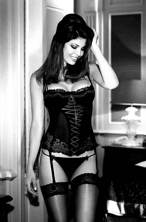 Жаркие красотки в чулках на черно-былых фото: наслаждаемся 9