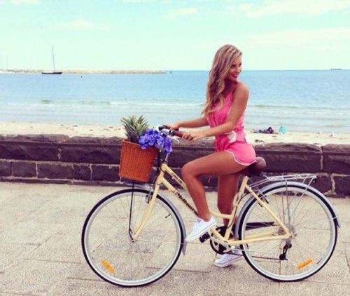 Девушки на велосипедах в коротких шортиках (18 фото) 17