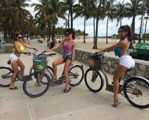 Девушки на велосипедах в коротких шортиках (18 фото) 18