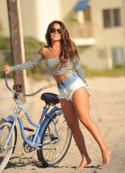 Девушки на велосипедах в коротких шортиках (18 фото) 15