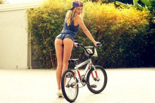 Девушки на велосипедах в коротких шортиках (18 фото) 14