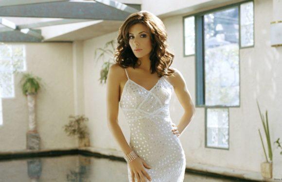 Девушки в облегающих белых платьях: светлые красотки