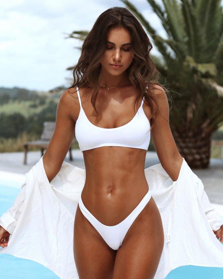 Красотки в белых купальниках - Летняя подборка фотографий 11