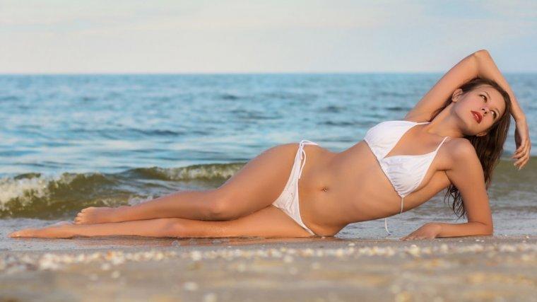 Красотки в белых купальниках - Летняя подборка фотографий 13