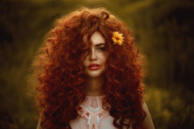 Милашки с кудряшками: Фото девушек с кудрявыми волосами 1