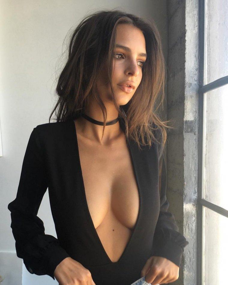Красивые девушки в платьях с глубоким декольте (Фото) 2