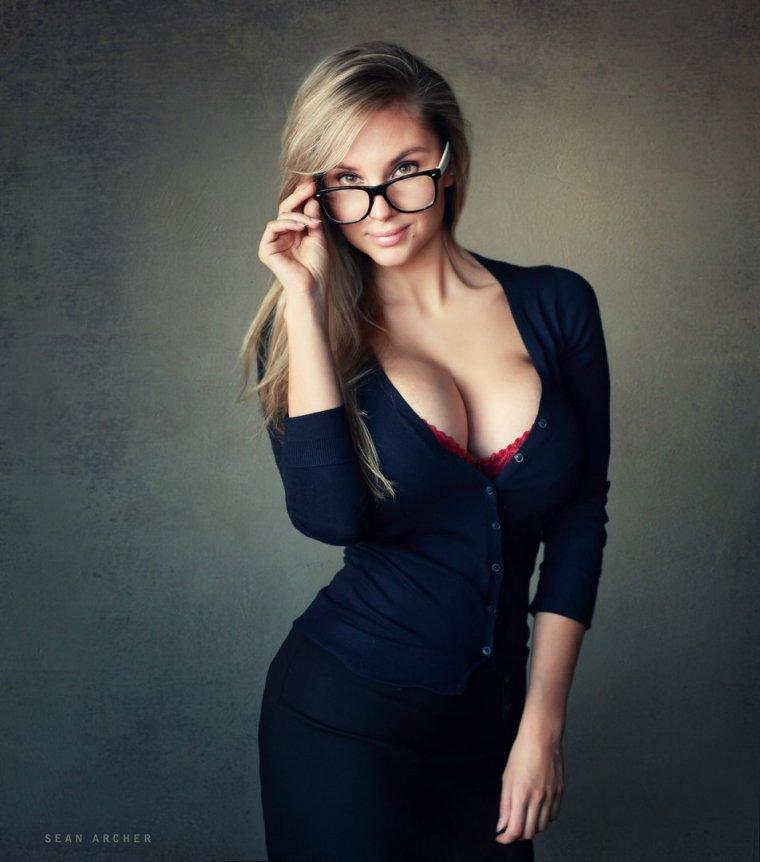 Красивые девушки в платьях с глубоким декольте (Фото) 7