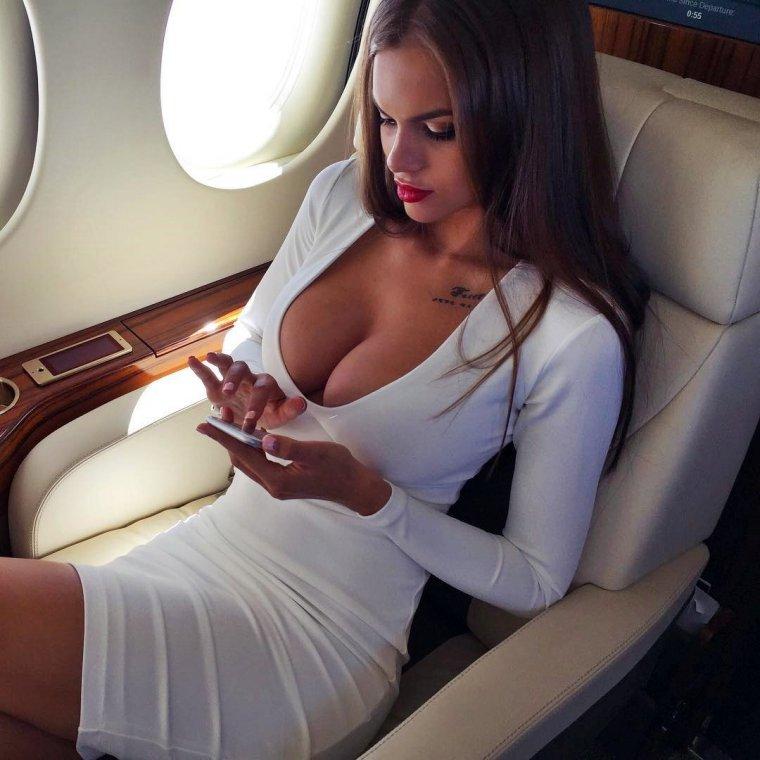 Красивые девушки в платьях с глубоким декольте (Фото) 11