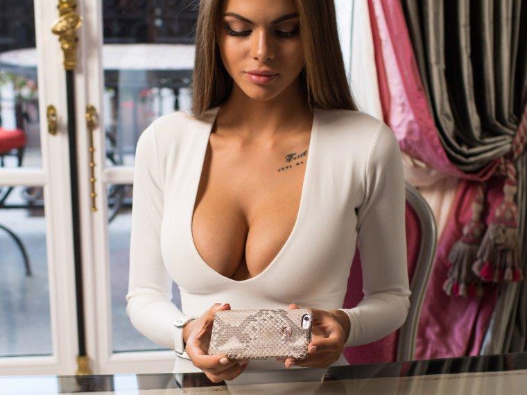 Красивые девушки в платьях с глубоким декольте (Фото) 14
