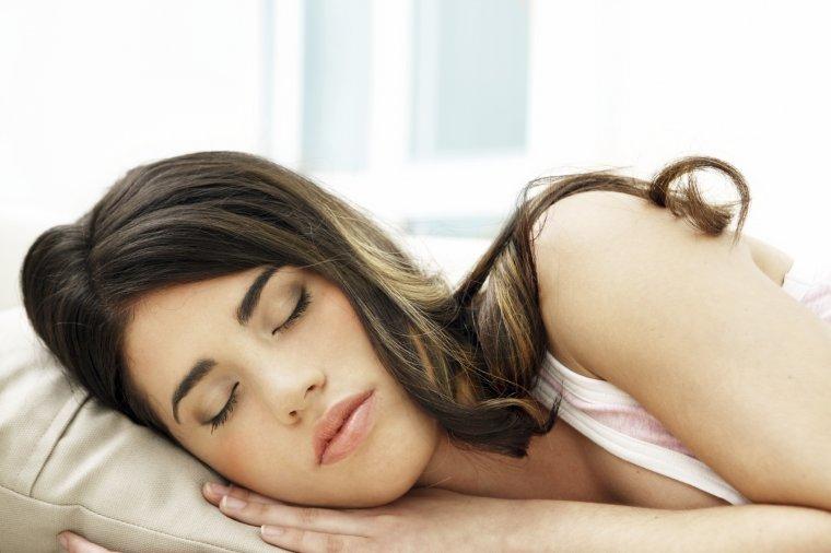 Милые спящие девушки в своей постели: смотрим фотки 9