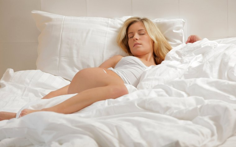 Милые спящие девушки в своей постели: смотрим фотки 11