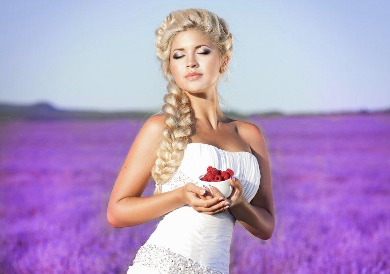Роскошные блондинки в белых платьях: любуемся 9