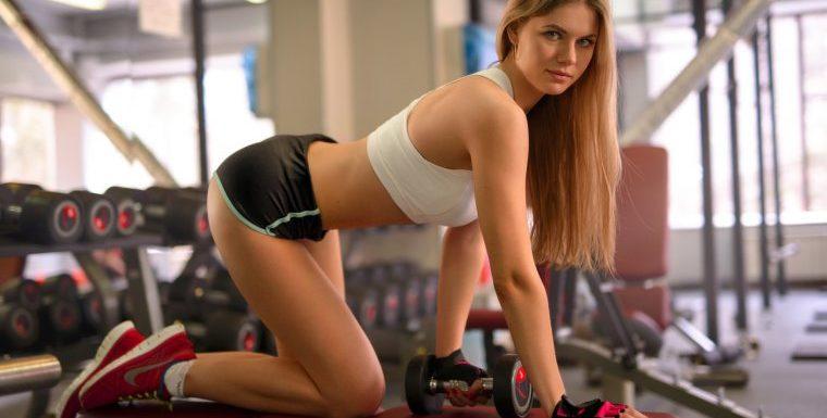Девушки в коротких спортивных шортиках демонстрируют свои попки