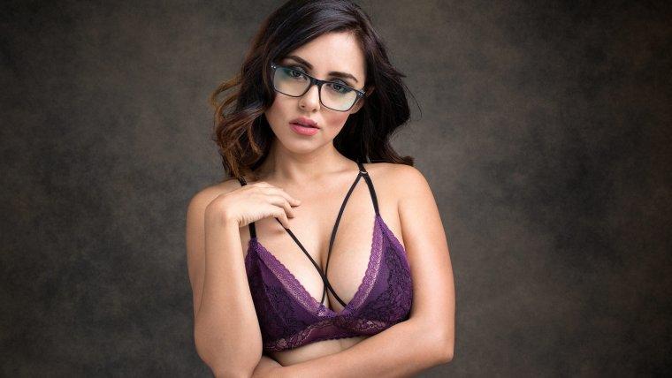 Очень сексуальные девушки в очках демонстрируют свое тело 7